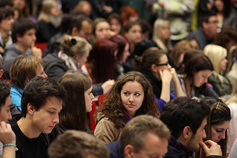 Anmelden können sich alle, die sich für ein Studium interessieren und ihre zukünftige Uni kennenlerenen wollen