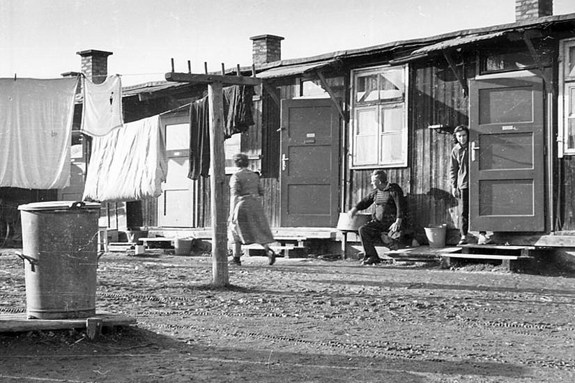 Nach dem Zweiten Weltkrieg diente das ehemalige Zwangsarbeiterlager in der Kapellenstraße als Barackensiedlung für Flüchtlinge. Quelle: StBTA, KB 21816
