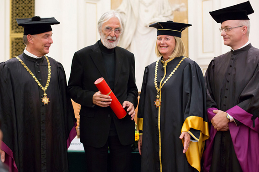 Ehrenpromotion an der Uni Graz: Dekan Hans-Ferdinand Angel, Ehrendoktor Michael Haneke, Rektorin Christa Neuper und Vizedekan Christian Wessely (v.l.) Fotos: Marija Kanizaj