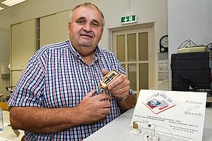 Kurt Ansperger mit dem Portotypen des Handergometer, mit dem Franz Viehböck vor 25 Jahren ins Weltall flog. Foto: Uni Graz/Tzivanopoulos