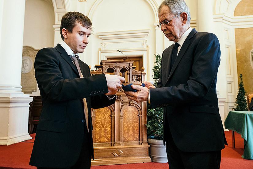 Auch Mathematiker Daniel Kraft nahm das besondere Schmuckstück von Bundespräsident Van der Bellen entgegen.
