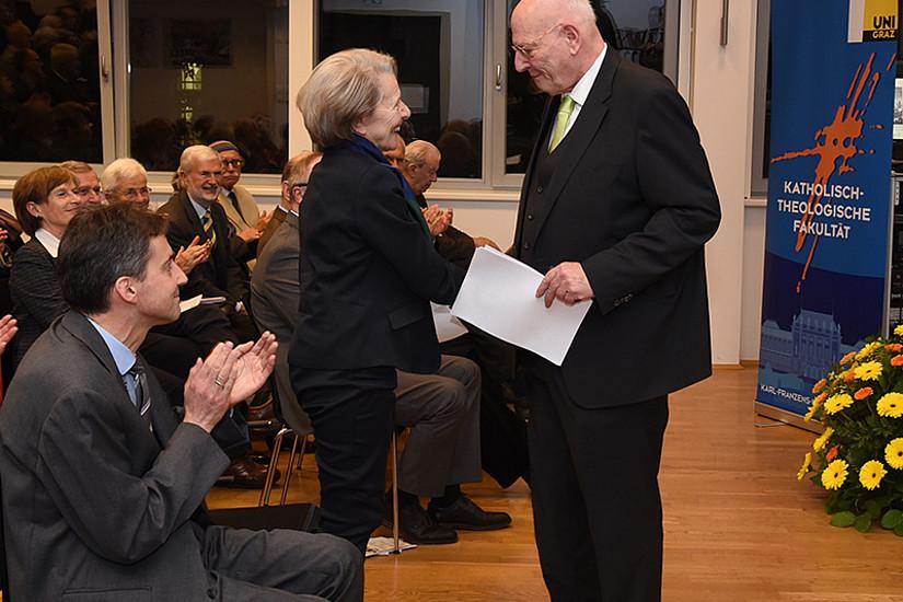Familienbande: Sigrid Reinitzer dankte ihrem Bruder Heimo Reinitzer für den Festvortrag.