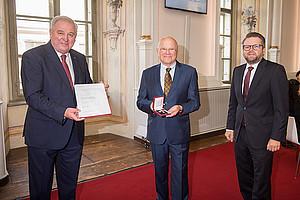 Joseph Marko (Mitte) erhielt das Österreichische Ehrenkreuz für Wissenschaft und Kunst 1. Klasse, überreicht wurde es von LH Hermann Schützenhöfer (links). Foto: Land Steiermark/Foto Fischer.