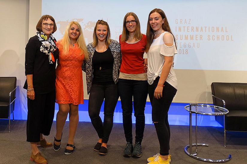 Roberta Maierhofer, akademische Leiterin von GUSEGG, mit den GEWI-Masterstudierenden Zhila Mirshafiei, Nicole Haring, Deborah Biging und Erlis Lacej (v.l.). Foto: GUSEGG.