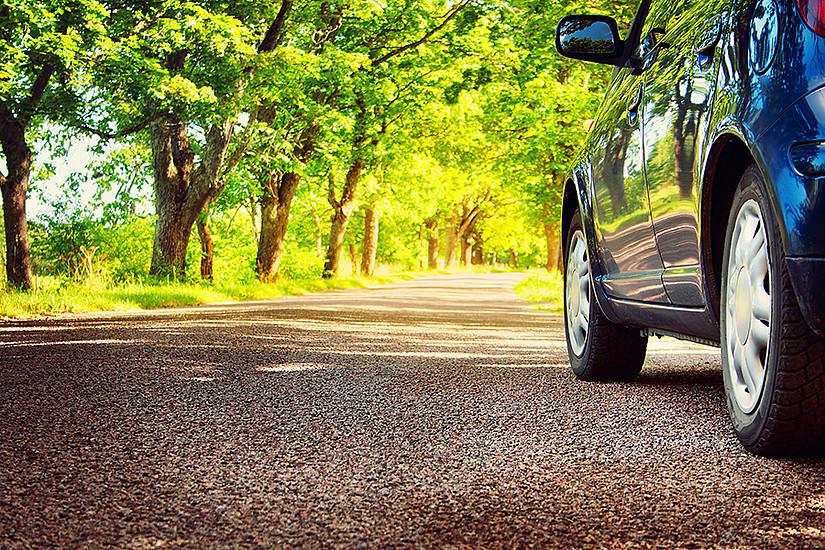 """Neue Ansätze in der Bioökonomie verfolgt das Projekt """"WoodC.A.R."""". ForscherInnen suchen gemeinsam mit Unternehmen nach Möglichkeiten des Einsatzes von Holz im Fahrzeugbau. Foto: LeManna/iStockphoto.com"""