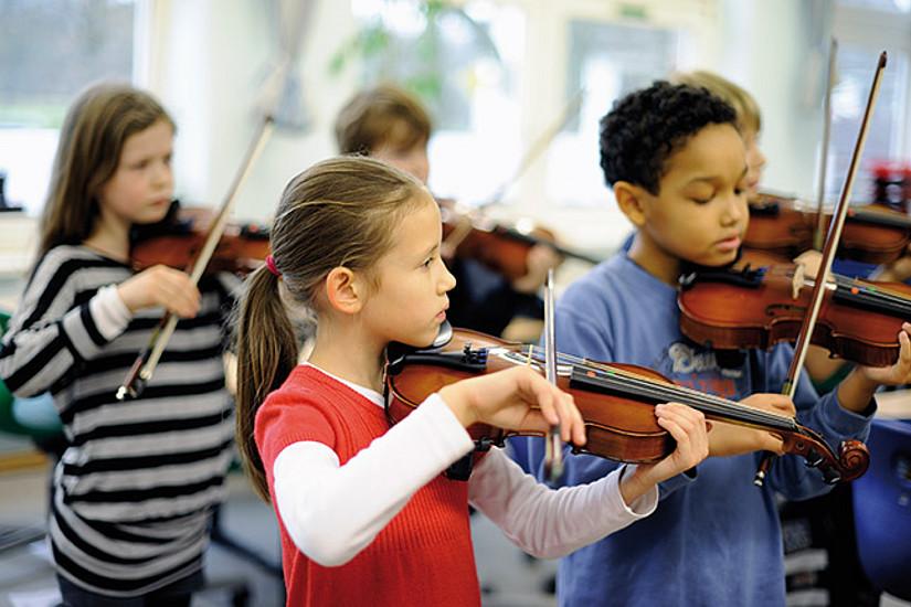 Musizieren fördert die Ausreifung der Hörfunktionen in der Hirnrinde und die Zusammenarbeit der beiden Hemisphären. Foto: Markus Hertrich, Jeki Hamburg