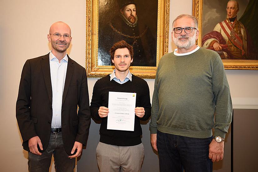 Christian Perwein mit GEWI-Dekan Michael Walter (rechts) und seinem Betreuer Stefan Brandt.