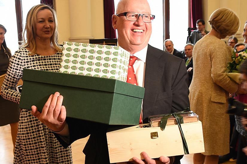 Geschenke für den Geschichtsforscher: Stefan Karner wurde am 2. März gefeiert. Fotos: Uni Graz/Schweiger