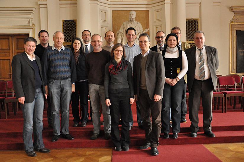 Zahlreiche VertreterInnen anderer Universitäten nahmen an dem Workshop zur nachhaltigen Beschaffung, organisiert von Birgit Natter (vorne Mitte), teil. Vizerektor Peter Riedler (vorne) eröffnete.