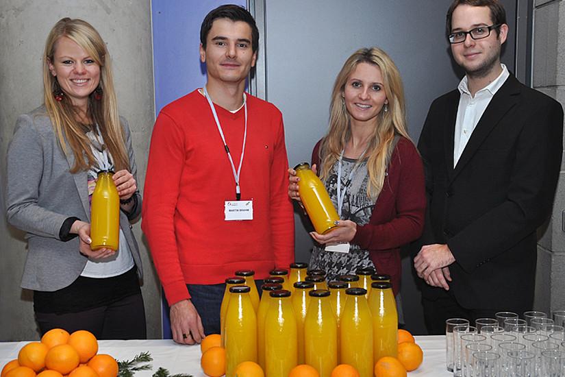 Katrin Adler, Martin Brahm, Christina Grün, Gernot Dreisiebner (v.l.) und Eva Klingenschmid unterstützen pro mente bei der Vermarktung von Saft aus Bio-Orangen. Foto: Pichler/Uni Graz