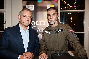 Markus Steppan (l.) diskutierte mit Gerald Haider vom Einsatzkommando Cobra. Foto: Wolf