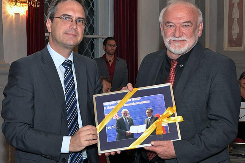 Vizerektor Peter Riedler (l.) überreichte Heinz D. Kurz das Bild von der Ernennung zum Honorarprofessor der Universität Nanjing.