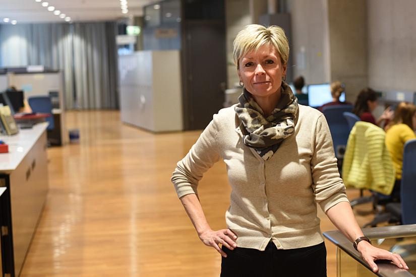 Rosina Harrer leitet die Geschäfte der Mediathek, die ja zur Universitätsbibliothek Graz gehört. Die Räumlichkeiten befinden sich im zweiten Obergeschoss der RESOWI-Bibliothek. Fotos: Uni Graz/Tzivanopoulos