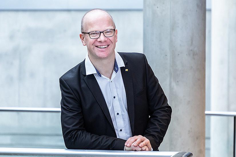 Stefan Thalmann analysiert Datenströme zwischen Unternehmen. Foto: Uni Graz/Konstantinov
