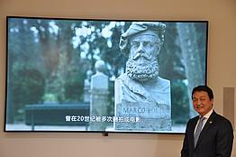 Dr. Chen vor Büste von Marco Polo