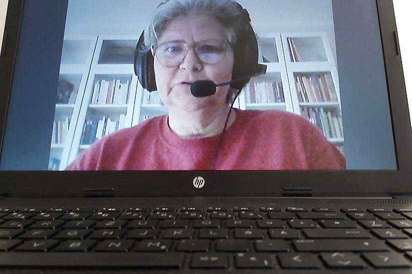 Konversation auf Distanz ist eine besondere Hürde beim Fremdsprachenerwerb. Mit verkürzten Video-Einheiten und Chatrooms hat Eva Feenstra eine praktikable Lösung gefunden. Foto: Feenstra
