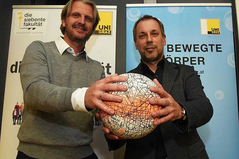 Sturm-Legende Markus Schopp (links) und Sportwissenschafter Gerhard Tschakert diskutierten über Spielanalyse und aktuellen Fußball. Foto: Uni Graz/Schweiger