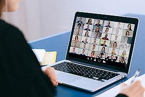 UNI for LIFE setzt auf fokussierte Online-Weiterbildungsangebote. Foto: pexels.com/anna shvets.