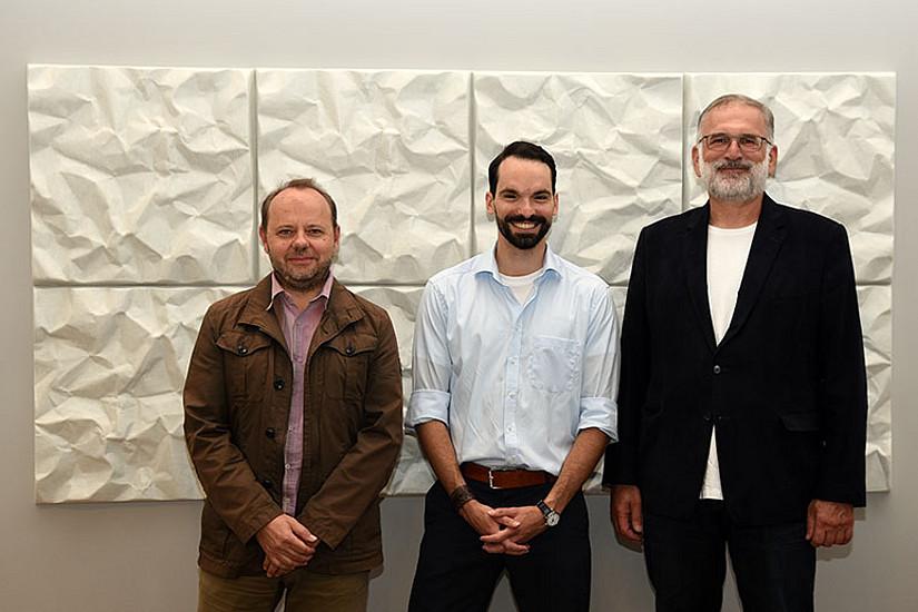 Michael Ackerl mit seinem Diplomarbeitsbetreuer Robert Vellusig (links) und Michael Walter, Dekan der Geisteswissenschaftlichen Fakultät (rechts). Foto: Uni Graz/Leljak.
