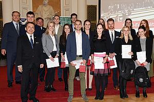 Die 15 besten AbsolventInnen eines Masterstudiums an der SOWI-Fakultät im Studienjahr 2017/18, an der Spitze: Alexander Hansak (2. Reihe rechts), Lisa-Maria Kampl und Karin Klieber (1. Reihe, rechts). Foto: Uni Graz/Pichler