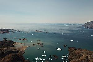 Der Ammassalikfjord, Ostgrönland. Die Schichtbewölkung in tiefen Lagen deutet auf eine Inversionsschicht hin, die den Luftaustausch mit höheren Schichten reduziert. Foto: Uni Graz/Abermann