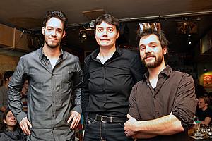 Lukas Grumet (links) und Christian Fercher luden Astrid Veronig zur Vorlesung ins Pub