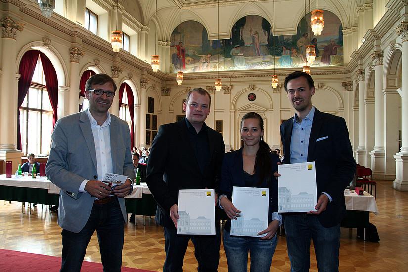 """""""LactoCheck"""" auf Platz 3, Bernhard Weber vom Science Park Graz überreichte die Prämie."""