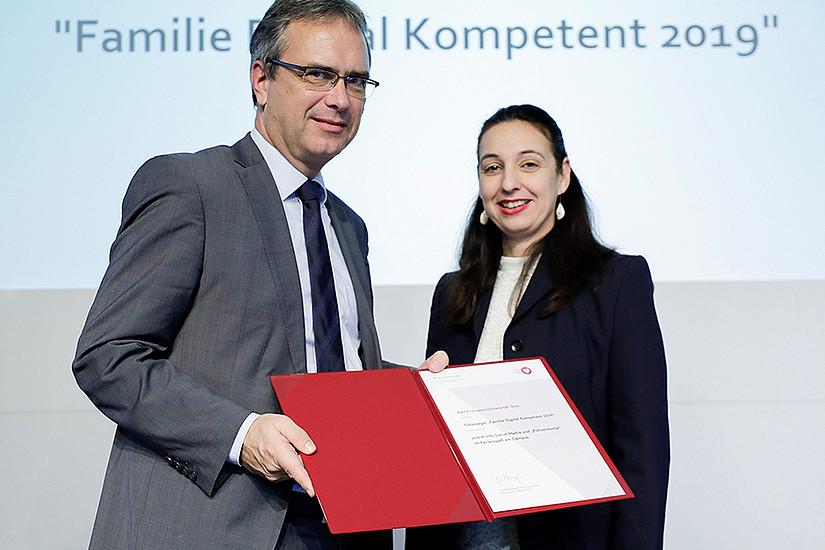 Vizerektor Peter Riedler nahm die Auszeichnung von Bundesministerin Ines Stilling für die Universität Graz entgegen. Foto: Bundeskanzleramt/Andy Wenzel.