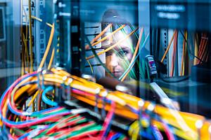 Digitalisierung ist mehr als nur ein Kabelsalat. Aktuell forschen JuristInnen der Uni Graz an Entscheidungsunterstützung durch Künstliche Intelligenz für den Business Bereich. Foto: Uni Graz/Jorj Konstantinov