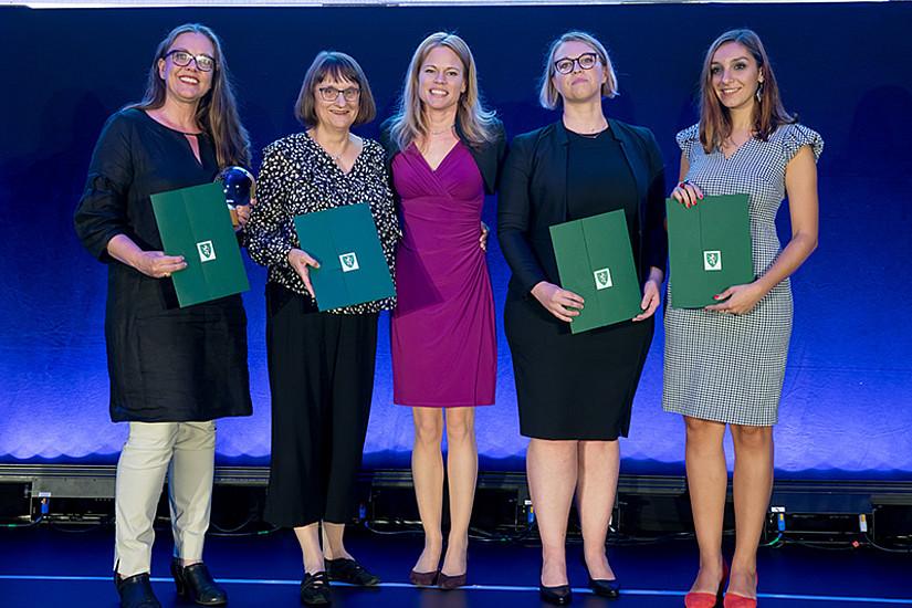 Caroline Schober-Trummler (M.) überreichte dem Organisationsteam der Aging Graz 2017 Ulla Kriebernegg, Roberta Maierhofer, Eva-Maria Trinkaus und Oana Ursulescu (v. l.) den Congress Award. Foto: MCG/Wiesner