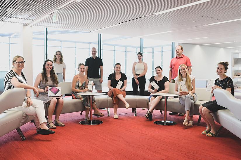 UB-Leiterin Pamela Stückler (links) mit den GewinnerInnen und den Verantwortlichen der Umfrage. Foto: Uni Graz/Tzivanopoulos