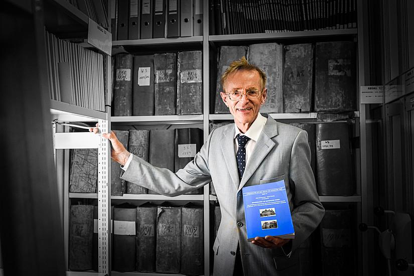 Uni-Archivar Alois Kernbauer blickt naturgemäß in die Vergangenheit und arbeitet die Geschichte der Uni Graz auf. Die neueste Publikation setzt sich mit den Beziehungen zur Universität Ljubljana auseinander. Foto: Uni Graz/Tzivanopoulos