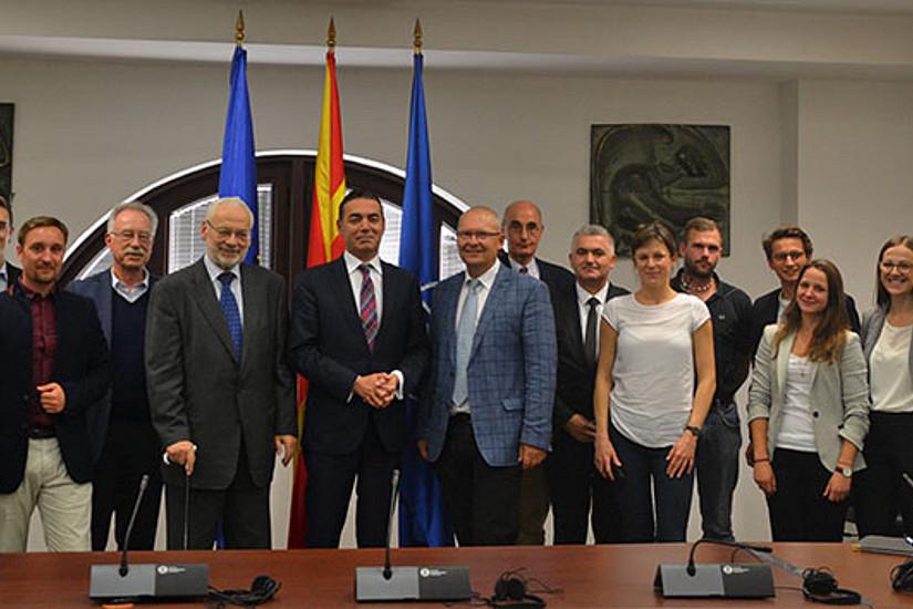 Die Studierenden und die Lehrveranstaltungsleiter Klaus Poier und Erhard Busek trafen mit politischen EntscheidungsträgerInnen zusammen. Hier mit Mazedoniens Außenminister Nikola Dimitrov.