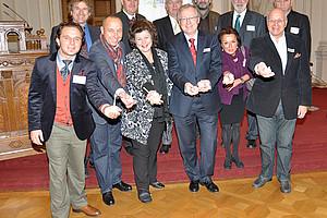 Rudolf Bauer (1. Reihe, 3. v.r.) ist seitens der Uni Graz wissenschaftlicher Leiter des Kongresses, der die wissenschaftliche Basis für das Projekt BIO-KNOBLAUCH ROMANES von Initiatorin Sissy Potzinger (1. Reihe, 4.v.r.) bildet.