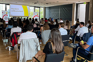 """Gemeinsam durch das erste Semester an der REWI-Fakultät der Uni Graz: MentorInnen und Mentees wurden vergangene Woche """"gematched"""". Foto: Uni Graz/Steiner."""