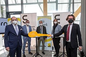Maximilian Pammer, Bernhard Weber, Peter Riedler, Barbara Eibinger-Miedl und Martin Polaschek (v.l.) im neuen Unicorn. Foto: Uni Graz/Lunghammer.