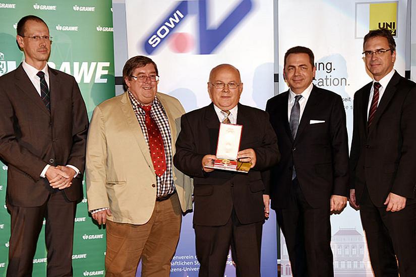 Henryk Gurgul (Mitte) mit Senatsvorsitzender Rainer Niemann, Laudator Peter Steiner, Dekan Thomas Foscht und Vizerektor Peter Riedler (v.l.)