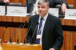 Karl Steininger legte im Parlament Handlungsmöglichkeiten zur Emissionsreduktion dar. Foto: © Parlamentsdirektion / Thomas Topf