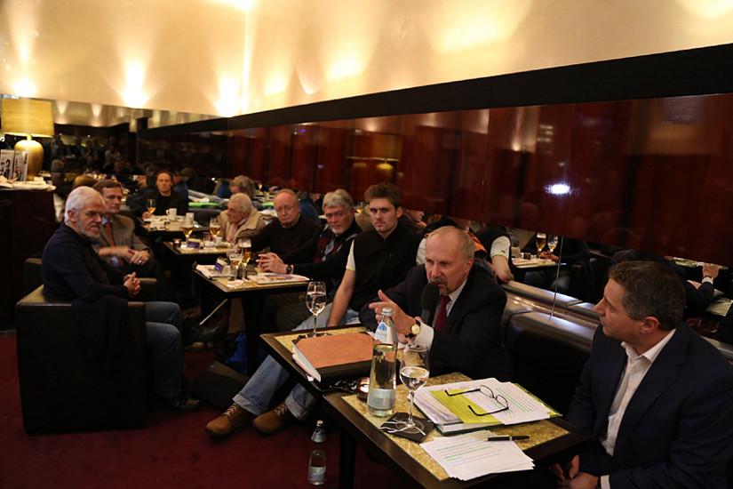 Mehr als 100 BesucherInnen im Opern Cafe