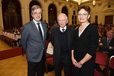 Med Uni-Rektor Hellmut Samonigg und FWF-Vizepräsidentin Ellen Zechner mit dem prominenten Forscher.