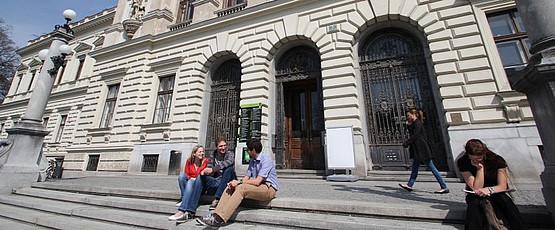 Studierende, Hauptgebäude