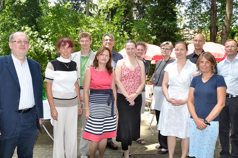 Vizerektorin Renate Dworczak (2. Reihe 3. v. rechts) beglückwünschte die ersten AbsolventInnen des Führungskräfte-Curriculums. Die Initiatoren, Mag. Stefan Kastl sowie Dr. Kurt-Martin Lugger (2. Reihe 2. und 1. von rechts), gratulierten ebenfalls.