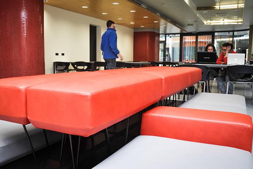 Gemütliche Sitzelemente und tolle Arbeitstische: Der Lern-Raum im ZMB wurde vergangenes Jahr neu gestaltet. Foto: Uni Graz/Tzivanopoulos