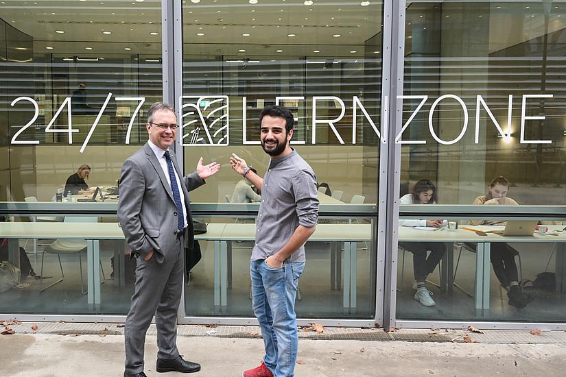 Peter Riedler (links) übergab den 365-Tage-Lernraum offiziell an den Vorsitzenden der ÖH Uni Graz,  Armin Amiryousofi . Foto: Uni Graz/Tzivanopopoulos