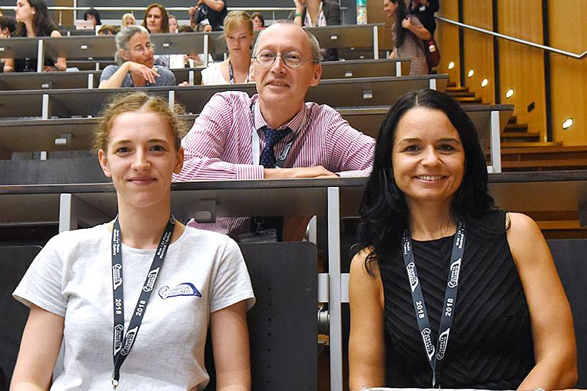 Richard Parncutt, wissenschaftlicher Leiter des Kongresses, Ko-Organisatorin Sabrina Sattmann (r.) und Theresa Schallmoser aus dem Kongress-Team. Fotos: Uni Graz/Pichler