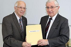 """Hermann Haupt (r.) überreichte Siegfried Bauer die """"Tauf""""-Urkunde zum Kleinplaneten """"(73701) Siegfriedbauer"""". Foto: © Chris Bauer"""