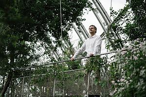 Wolfgang Kroutil ist Chemiker an der Universität Graz. Sein Spezialgebiet ist die Biokatalyse. In diesem Verfahren übernehmen Enzyme aus der natur komplexe chemische Reaktionen. Das kann mitunter dabei helfen, Medikamente günstiger zu gestalten. Foto: Uni Graz/Kanizaj