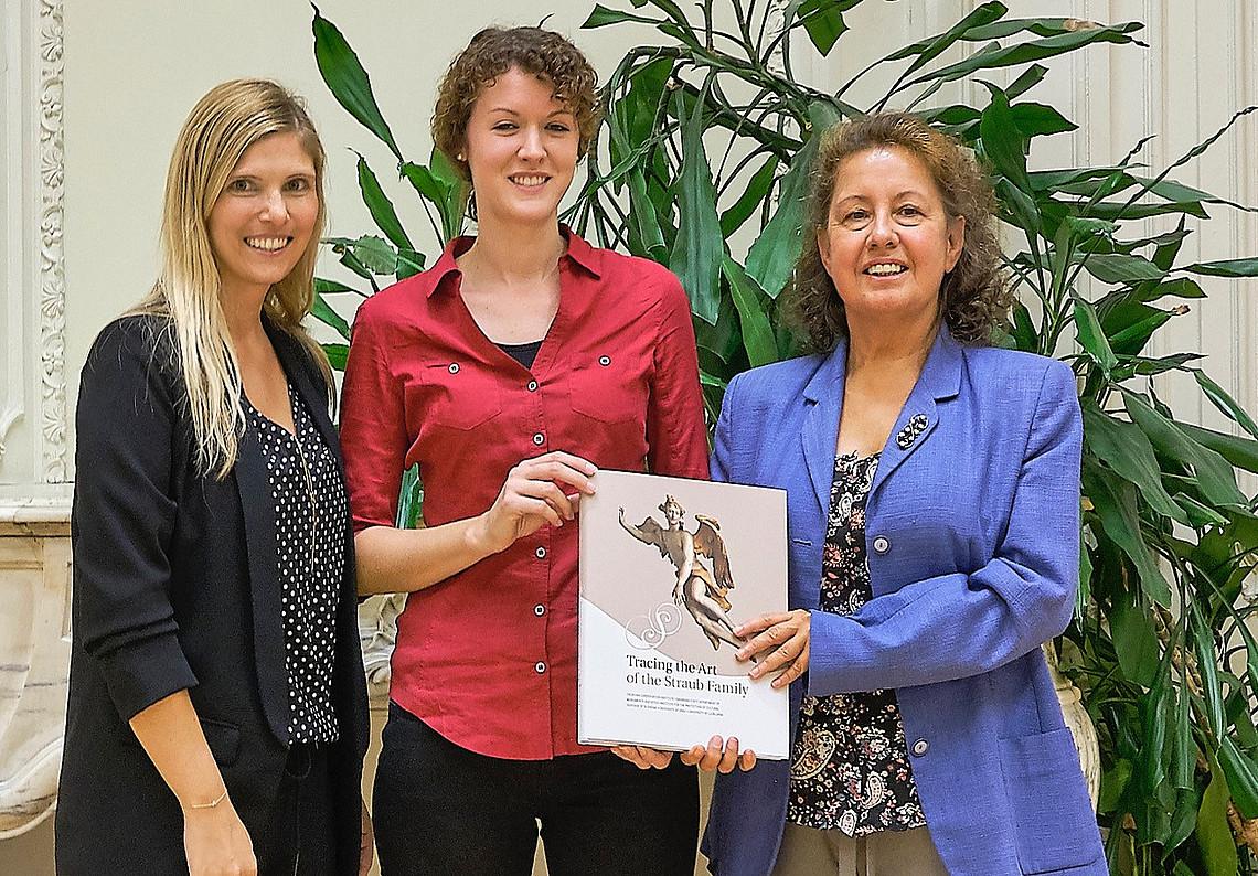 Projektleiterin Eva Klein (links) präsentierte gemeinsam mit Christina Pichler und Margit Stadlober (rechts) den Bildband über die Straub-Familie. Foto: Uni Graz