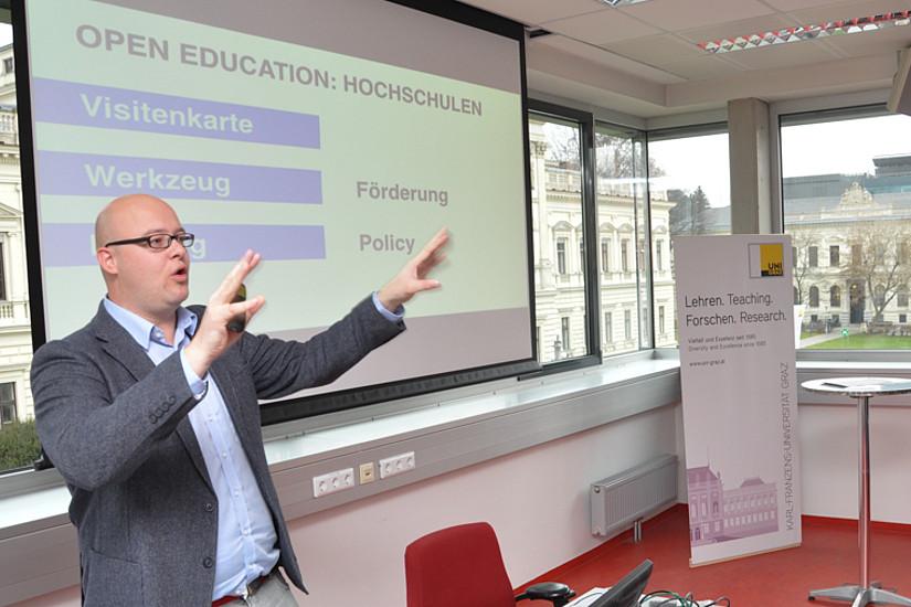 Der Innsbrucker Sozialwissenschafter Leonhard Dobusch war externes Jurymitglied und Laudator für die Anerkennungspreise. Er hielt einen Vortrag zum Thema Open Educational Resources.