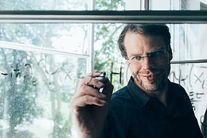 Physiker Axel Maas beschäftigt sich mit dem Ursprung und Aufbau des Universums. Weil gerade die Dinge sind nach wie vor nicht restlos geklärt. Fotos: Uni Graz/Kanizaj